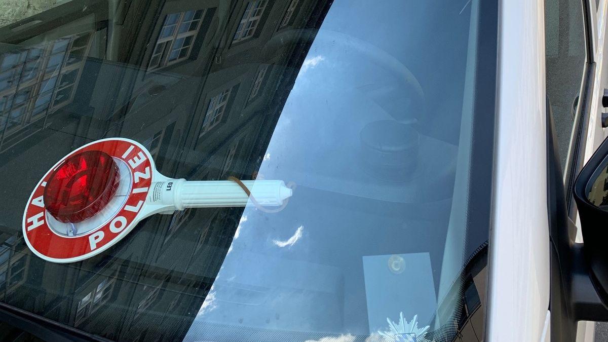 Zivilfahrzeug der Polizei mit Kelle
