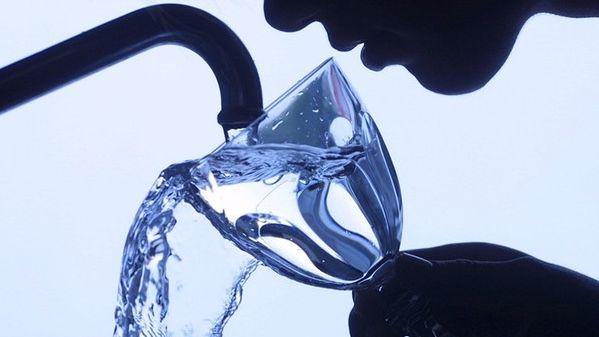 Eine Frau füllt ein Wasserglas unter dem Wasserhahn (Symbolbild).