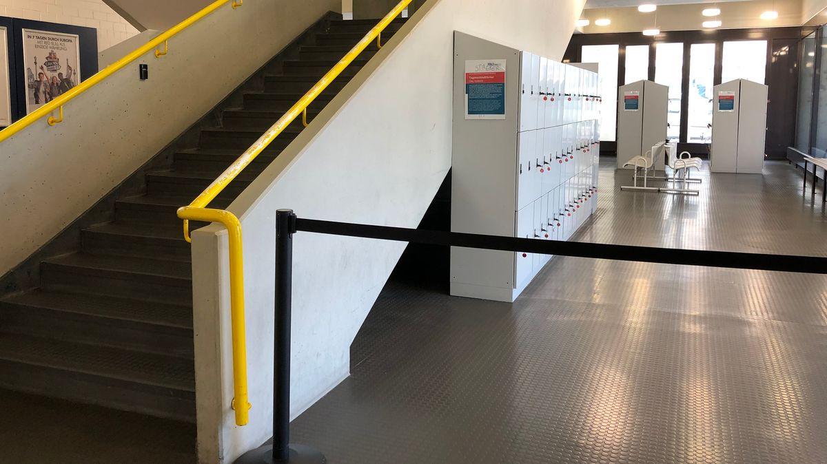Treppenaufgang und Spinde in der Unibibliothek in Erlangen