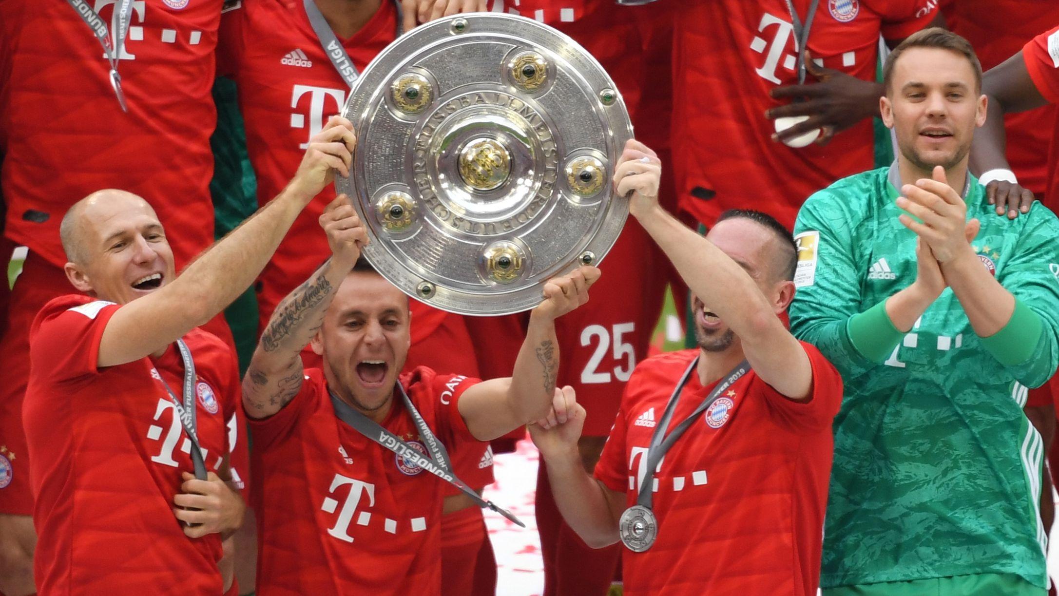 Die Bayern sind zum 29. Mal deutscher Meister. Arjen Robben, Rafinha und Franck Ribéry zeigen den Fans die Schale.