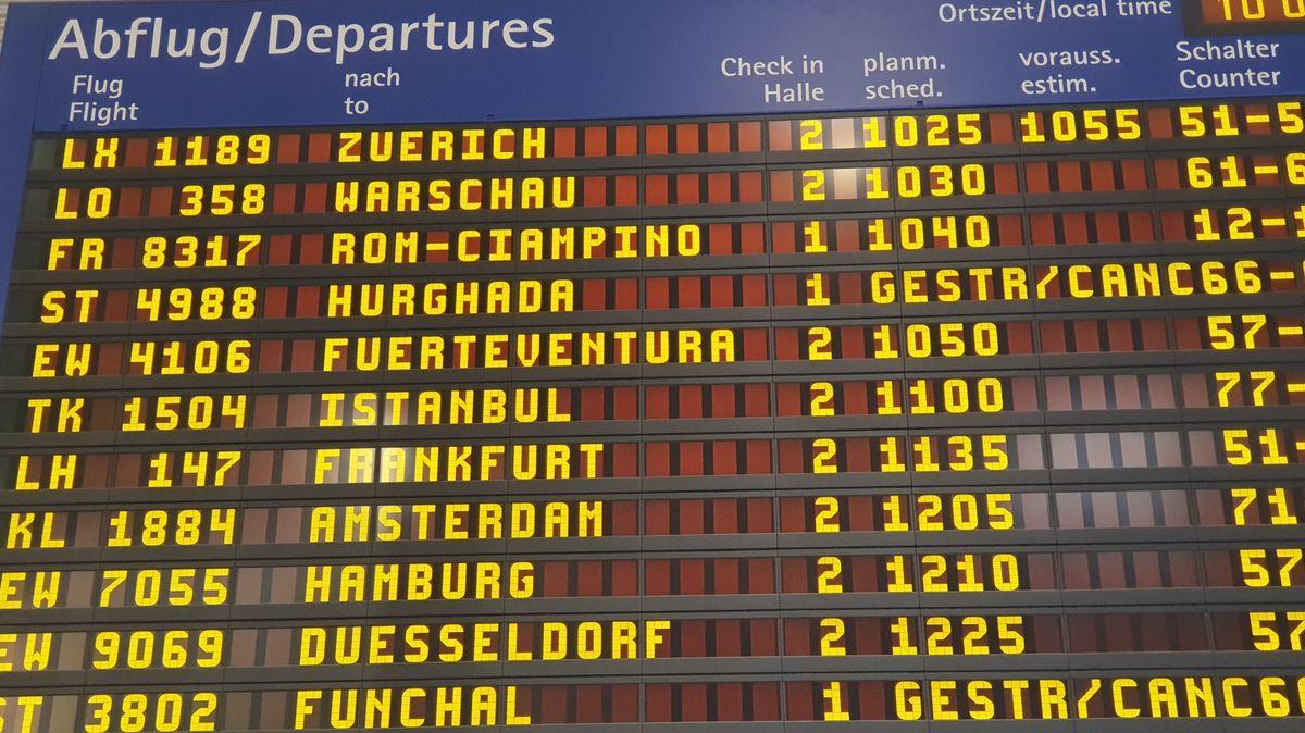 Anzeigetafel Flughafen Nürnberg
