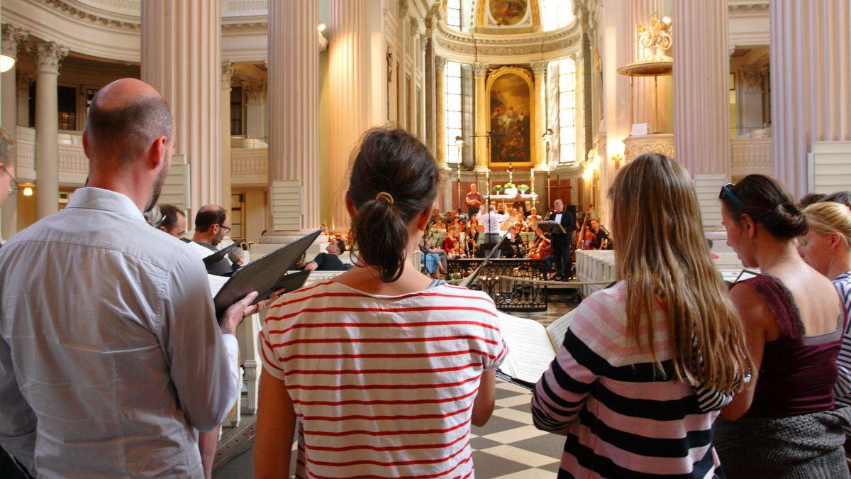 Ein Chor probt für ein Konzert in der Nikolaikirche in Leipzig 2017.