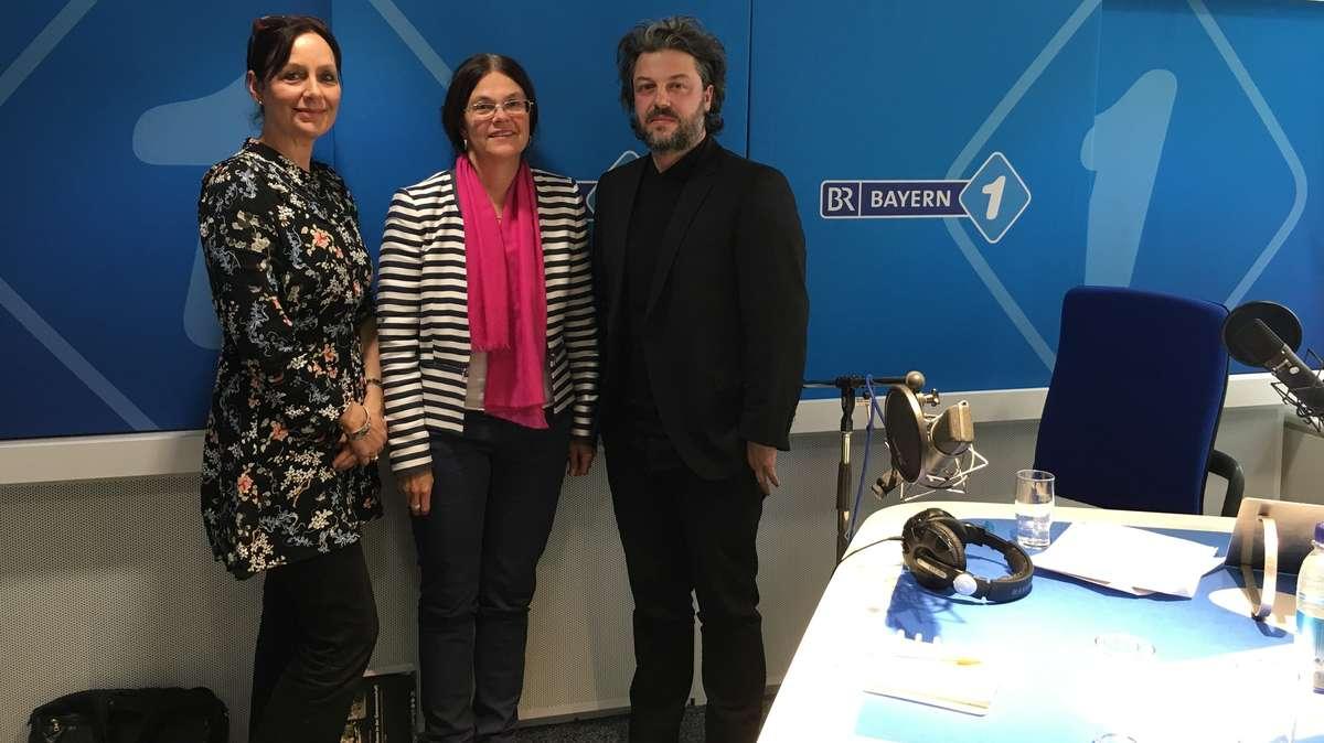 Bayern 1-Moderatorin Anja Wolf, die Münchner Stadtbaurätin Elisabeth Merk und Architekt und Architekturtheoretiker Mathieu Wellner.