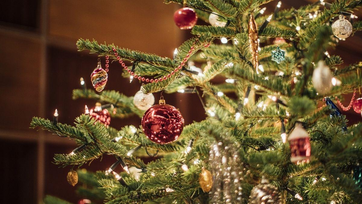 Geschmückte Tanne an Weihnachten