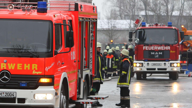 Feuerwehrautos und Feuerwehrmänner