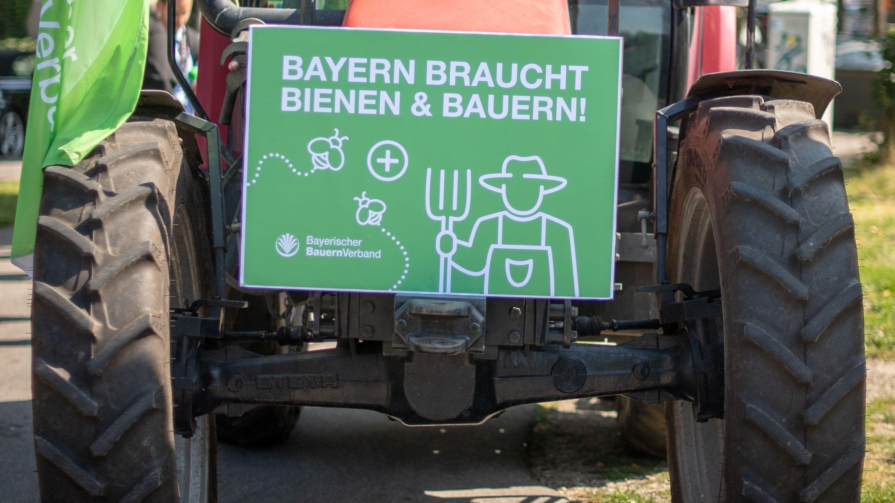 """Ein Mitglied des bayerischen Bauernverbandes, der Inhalte des Volksbegehrens """"Rettet die Bienen"""" kritisiert"""