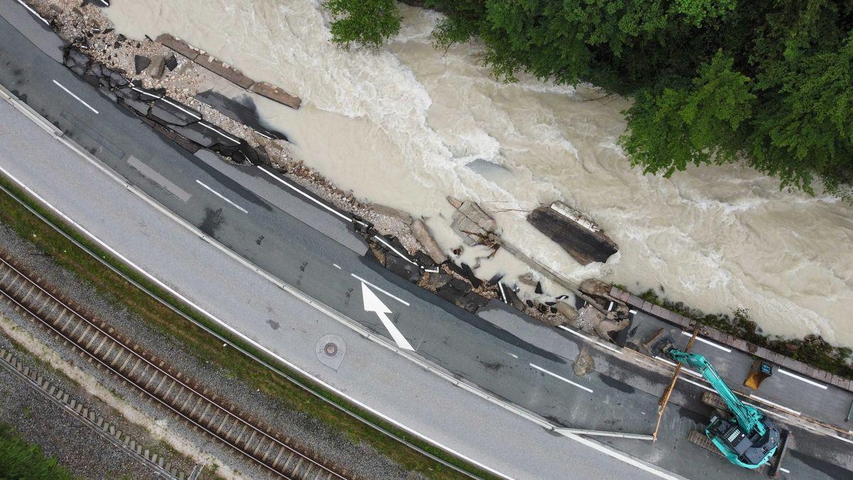 Die Bundesstraße 20 ist kurz vor der Ortschaft Berchtesgaden zur Hälfte von der Ramsauer Ache weggerissen worden