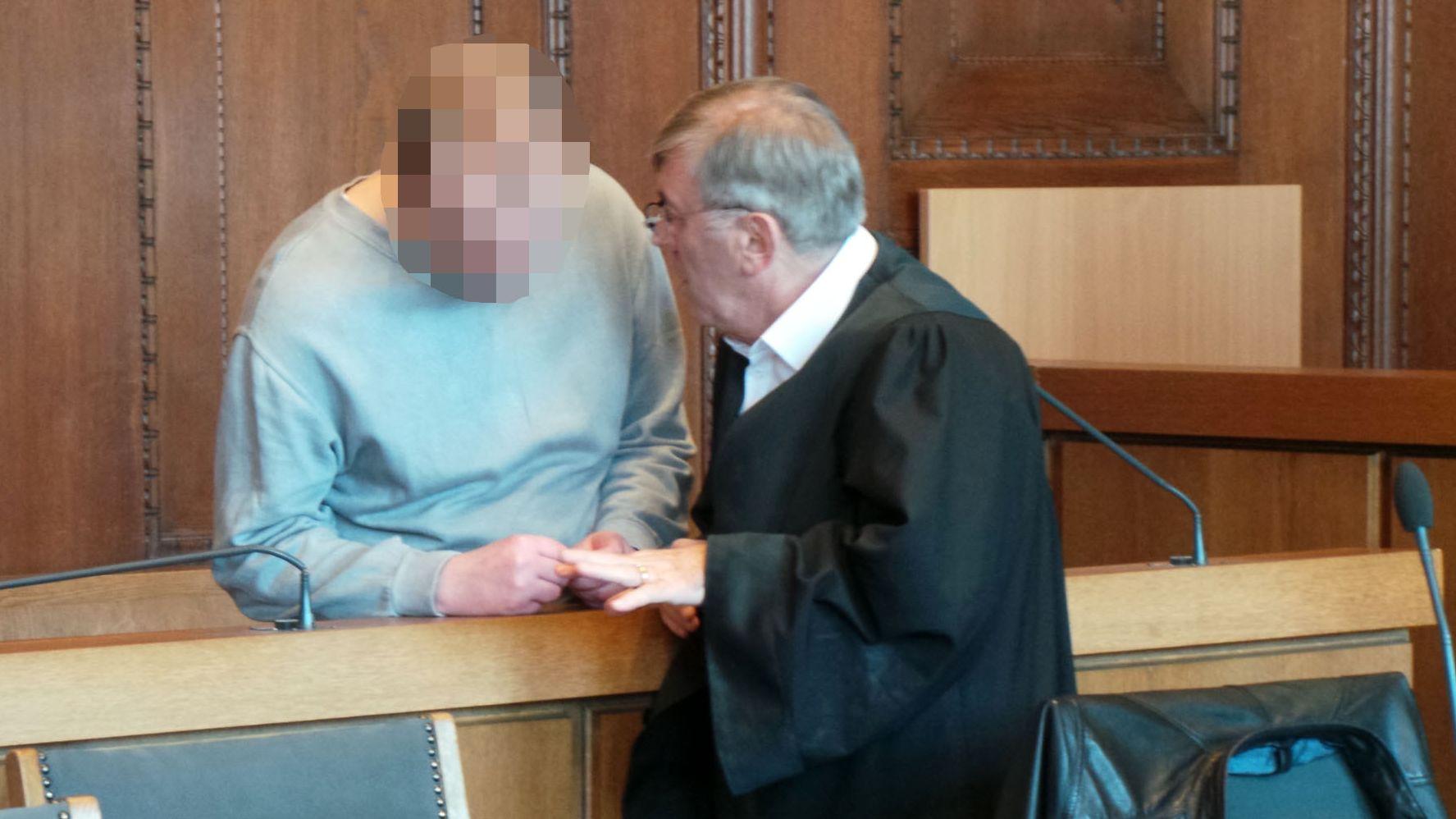 Der Angeklagte im Messerstecher-Prozess und sein Verteidiger vor der Vekündung der Plädoyers.