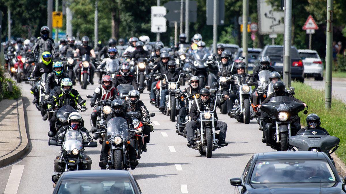 Motorradfahrer demonstrieren zu Tausenden am Mittleren Ring in München