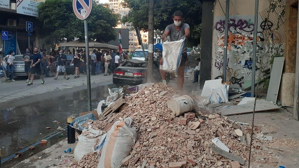 Auch über einen Monat nach der Katastrophe ist der genaue Hergang noch ungeklärt. Die Wut der Libanesen auf ihre Politiker ist groß - und das nicht erst seit der Explosion Anfang August. Land und Wirtschaft kollabierten schon vorher. Nun ist die Regierung zwar zurückgetreten, den Schaden aber beheben Hunderte Freiwillige.