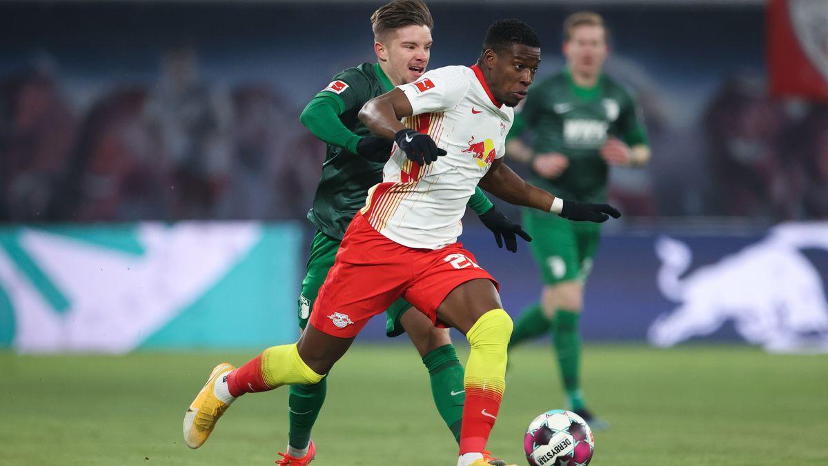 Augsburgs Mads Pedersen und Leipzigs Nordi Mukiele (r) kämpfen um den Ball.