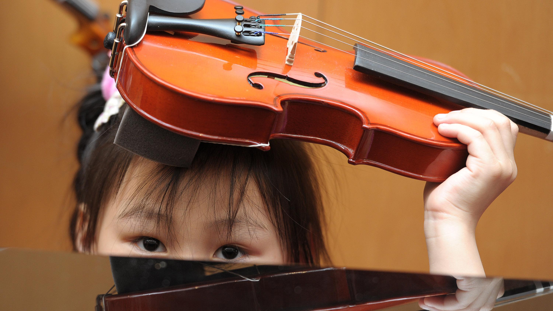 Mädchen mit Geige in der Musikschule der Hofer Symphoniker