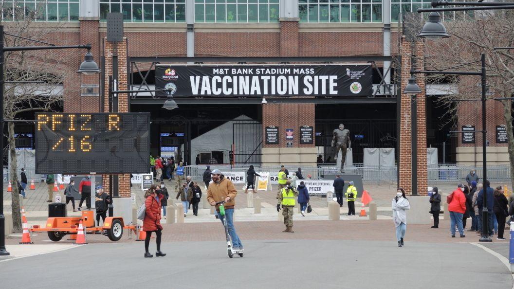 Blick auf das Football-Stadion der Baltimore Ravens in der US-Stadt Baltimore, das seit knapp einem Monat als Massenimpfzentrum dient.