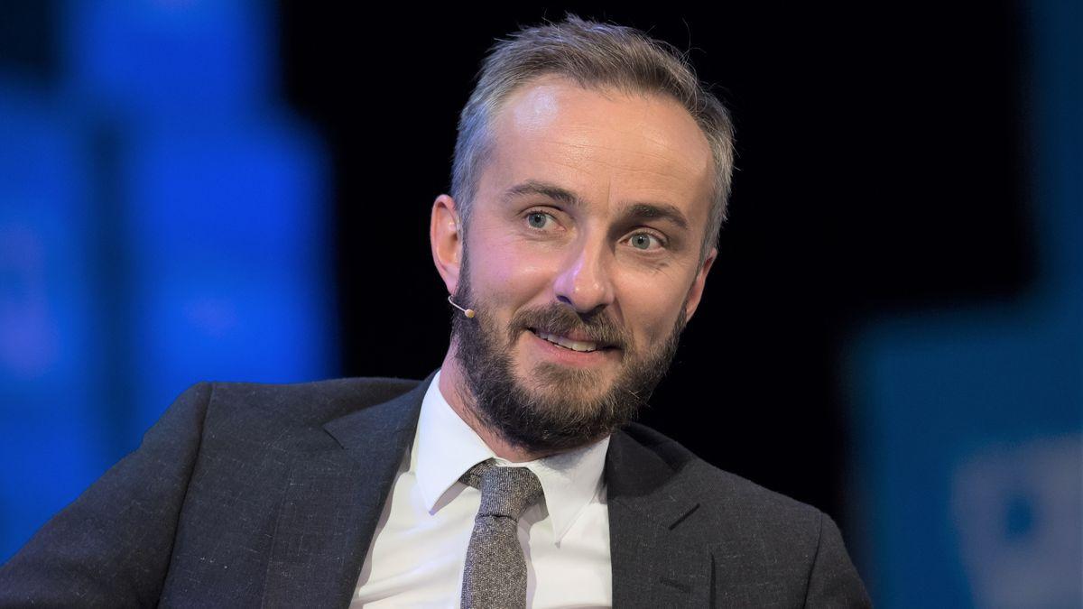 Porträt des ZDF-Satirikers mit grauer Krawatte