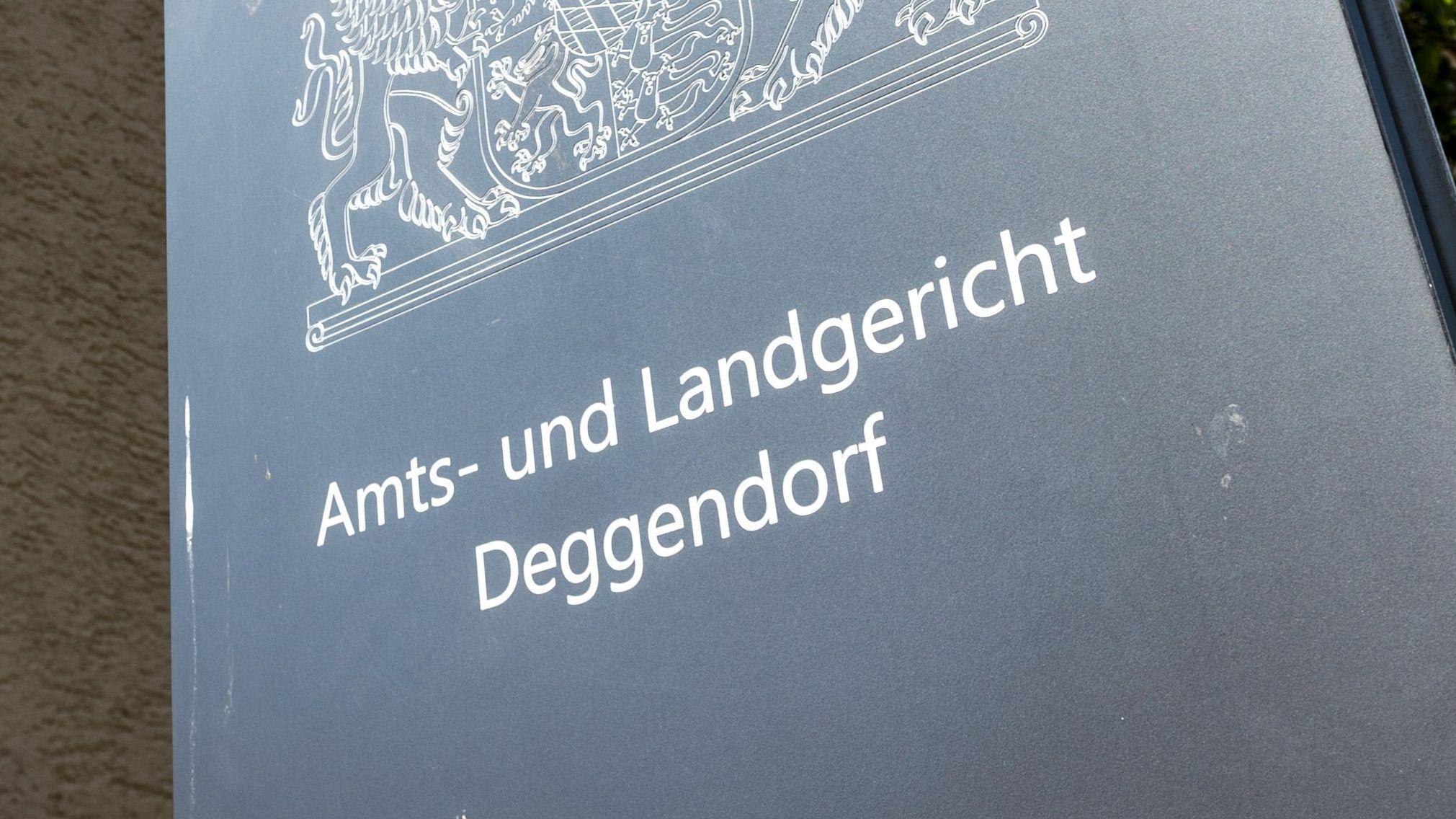 """Ein Schild mit der Aufschrift """"Amts- und Landgericht Deggendorf"""""""