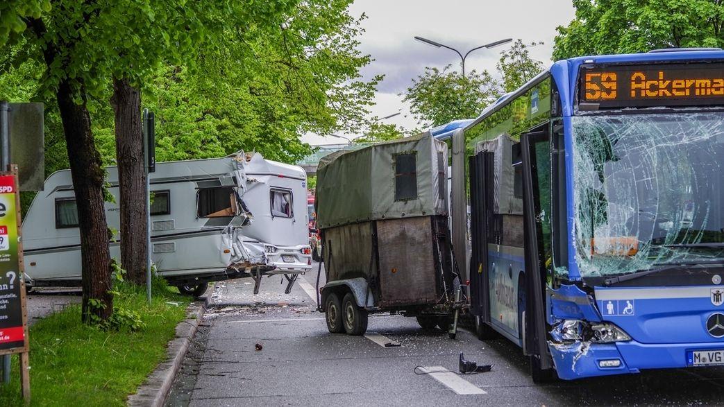 Münchner Linienbus zerstört Wohnwagen