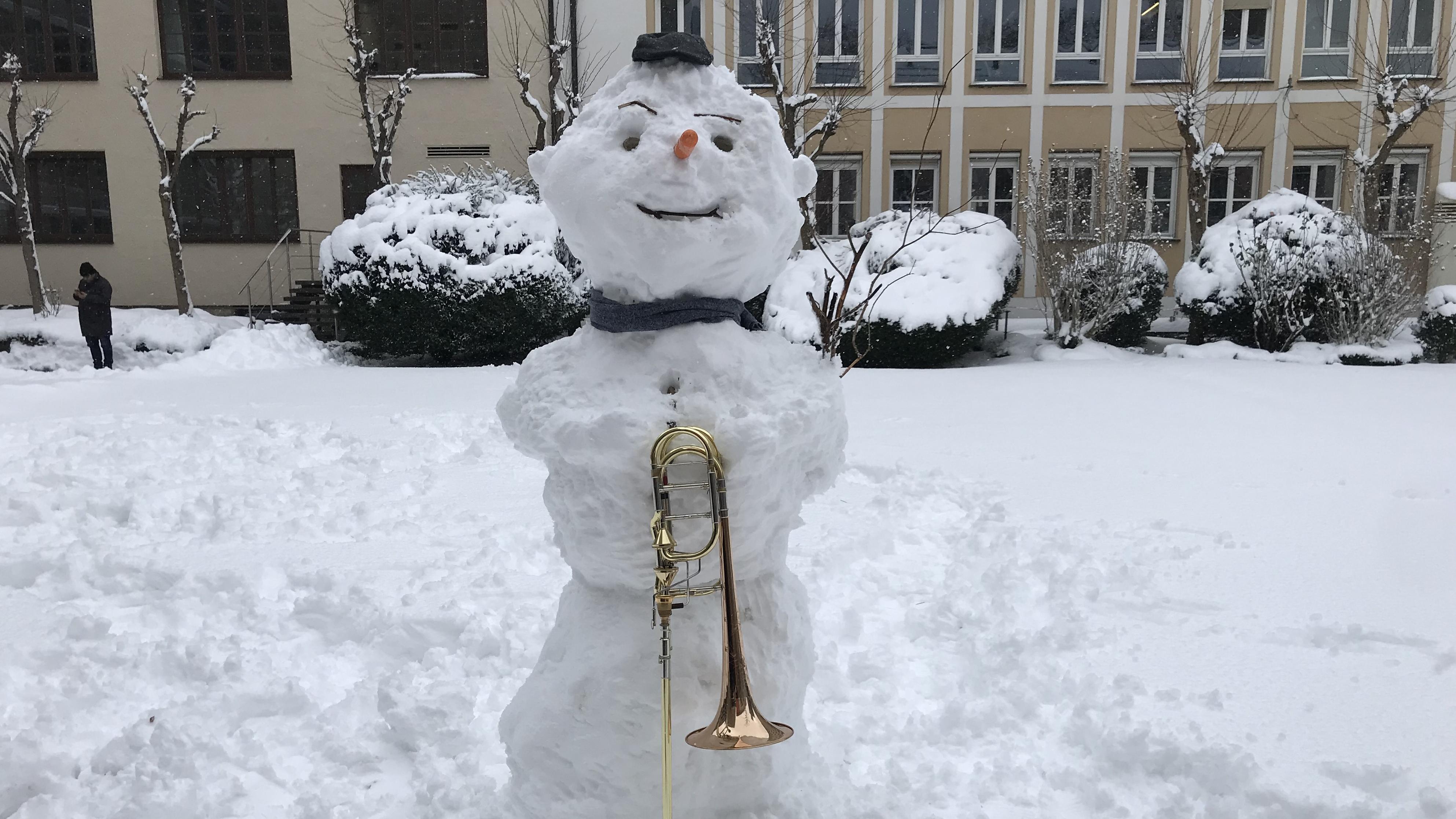 Ein Schneemann mit Posaune im Innenhof des Bayerischen Rundfunks.