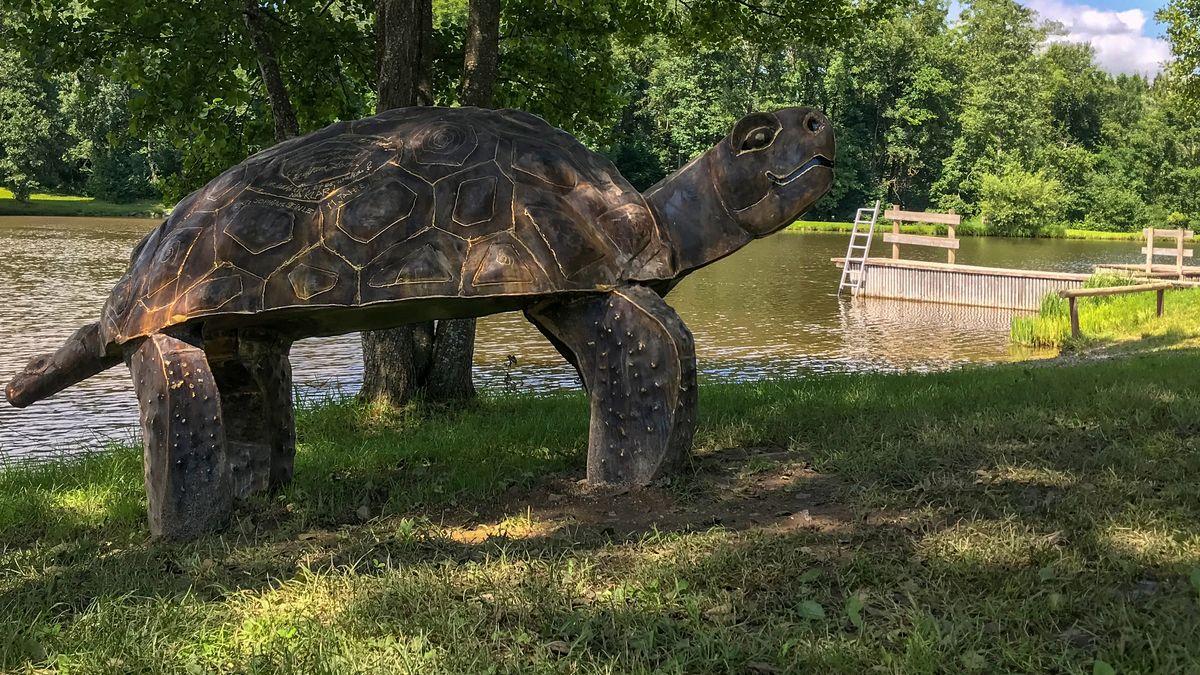 Am Oggenrieder Weiher erinnert jetzt ein überlebensgroßes Denkmal an Schnappschildkröte Lotti