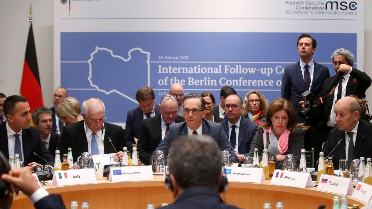 Heiko Maas (M), Außenminister, Stephanie Williams (2.v.r. sitzend), stellvertretende UN- Sondersondergesandte für Libyen, und weitere Politiker nehmen im Rahmen der 56. Münchner Sicherheitskonferenz am 1. Treffen des internationalen Follow-up Komitees zu Libyen teil.