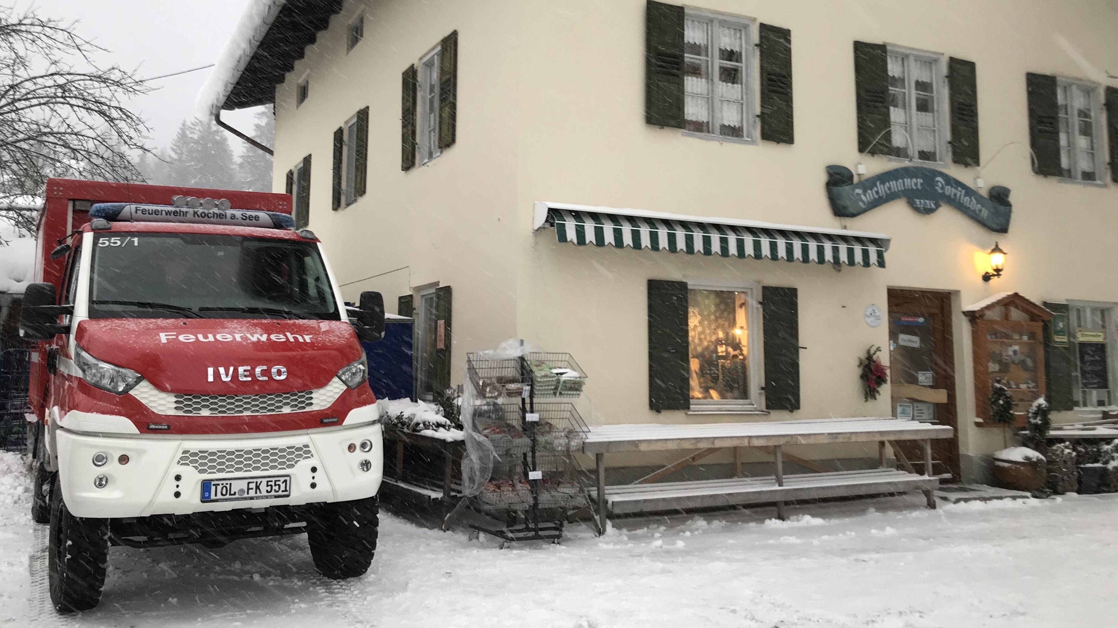 Die Feuerwehr als Lebensmittellieferant in Jachenau: Der Ort ist seit Samstag von der Außenwelt abgeschnitten.