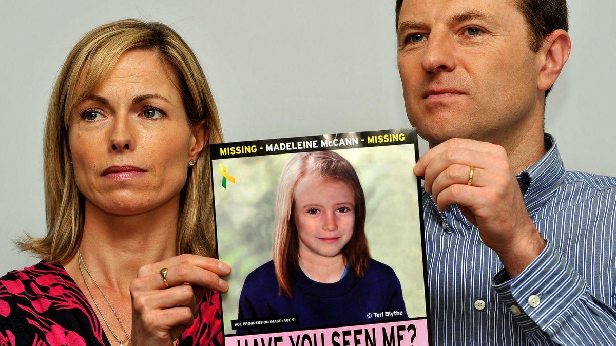 """Die Eltern von """"Maddie"""" McCann mit einem Bild, wie das Mädchen 2021 ausgesehen haben könnte"""