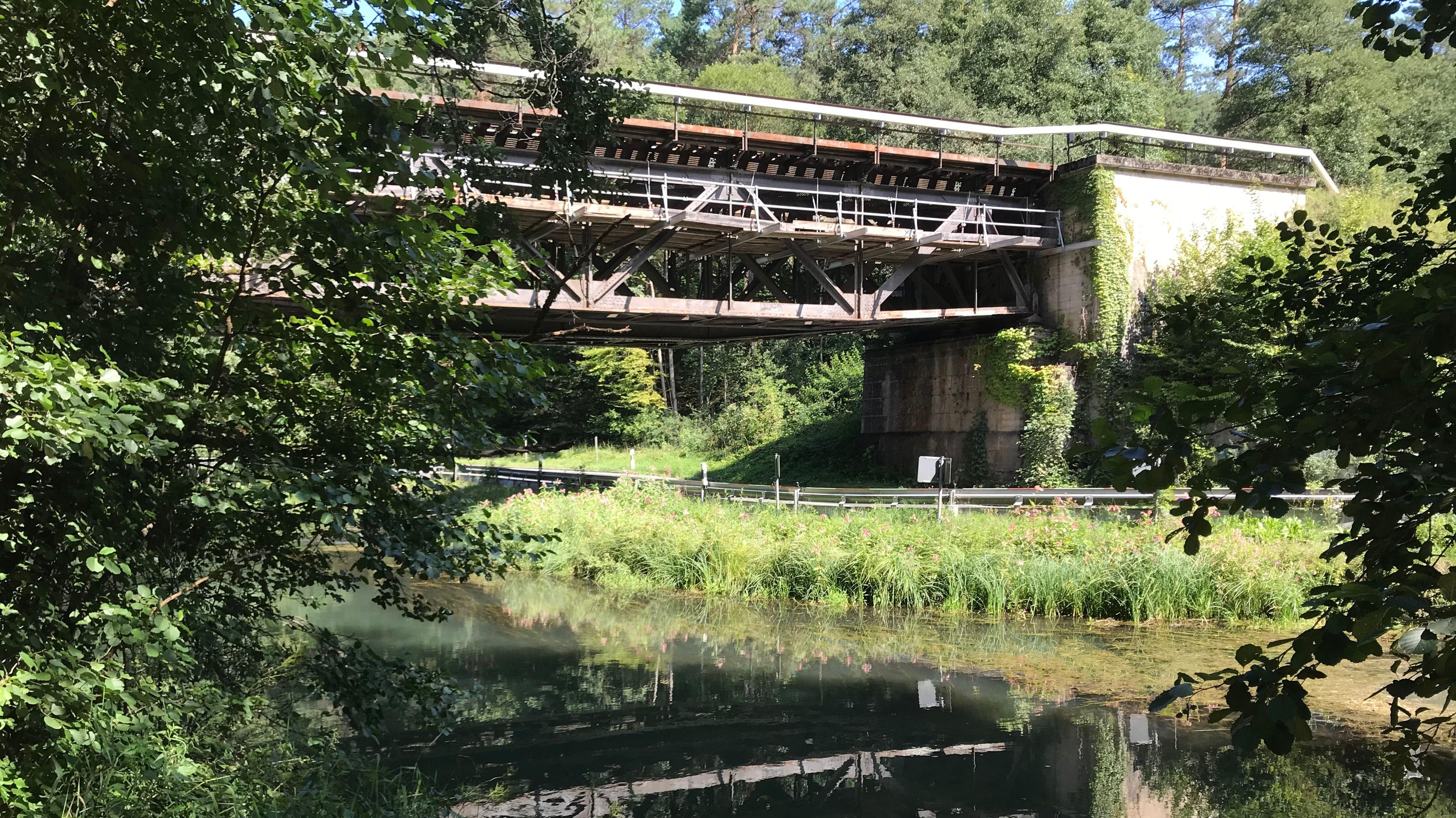 Brücke spiegelt sich im Wasser.