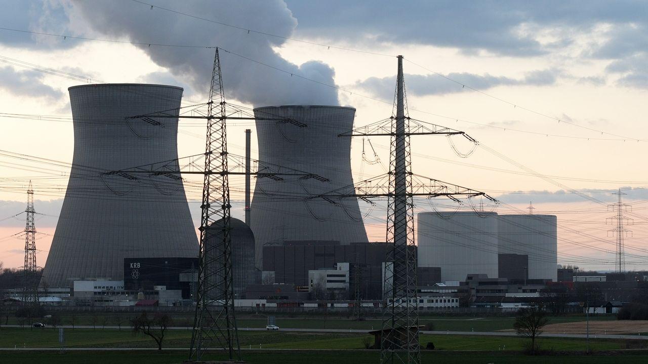 Atomkraftwerk Gundremmingen – aus dem Kühlturn von Block B des AKW steigt kein Dampf mehr auf (März 2019)