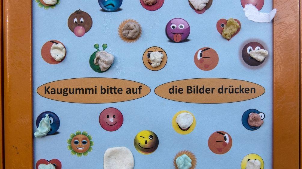 Gum Wall: Kaugummi Wand statt gekauter Kaugummis am Boden