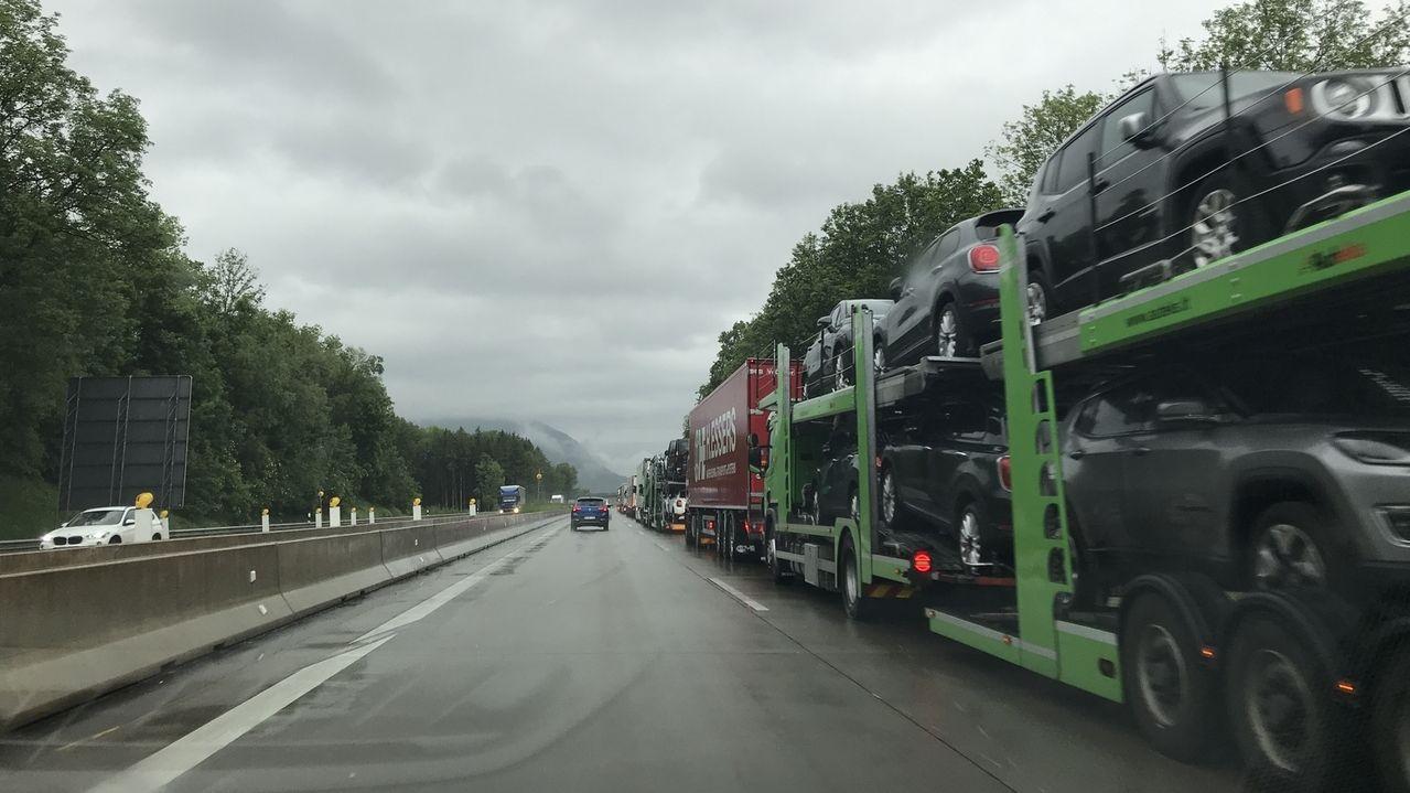 Kilometerlanger Stau auf der A93 mit Rückstau bis zur A8 wegen LKW-Blockabfertigung am Grenzübergang Kiefersfelden von Österreich/Tirol nach Bayern.