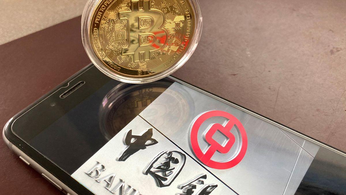 Physischer Bitcoin auf Handy mit Logo der Bank of China