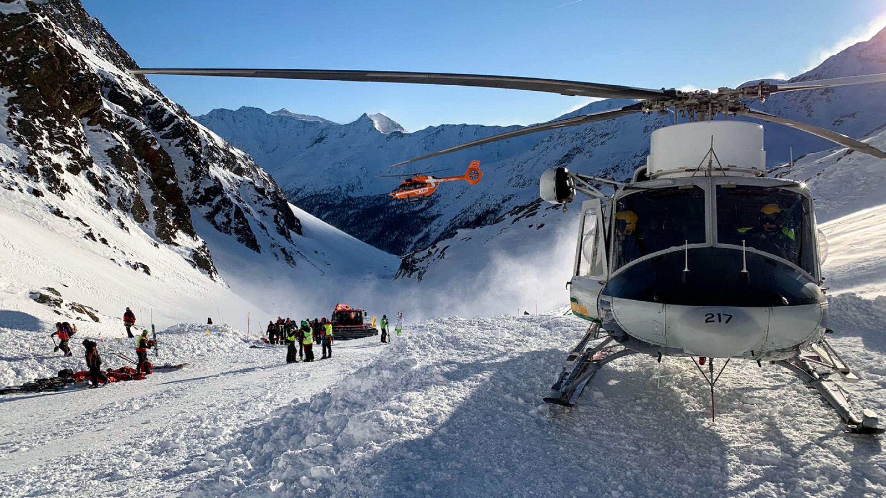 Italien, Schnaltal: Ein Helikopter ist während einer Suchaktion von Rettungskräften nach einer Lawine auf einer Skipiste gelandet.