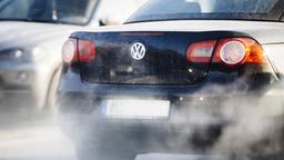 Abgase kommen aus dem Auspuff eines Autos. (Symbolbild) | Bild:BR/Johanna Schlüter