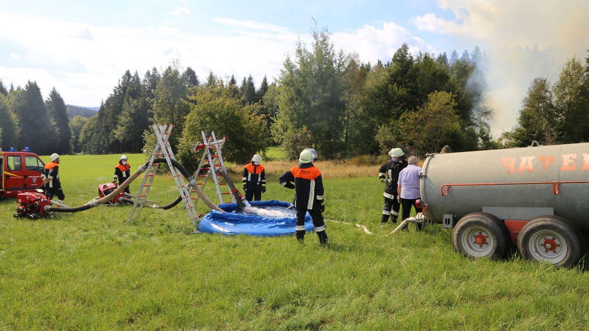 Vor Ort gab es außerdem keine Wasserversorgung. Das Löschwasser wurde deshalb mit Güllefässern zum Einsatzort transportiert.