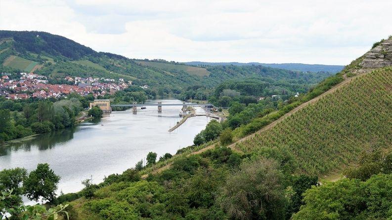 Ein Wehr an der Main-Staustufe Erlabrunn bei Würzburg ist defekt