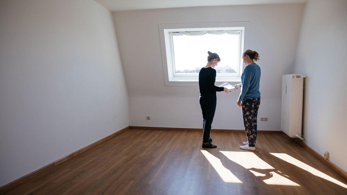 Zwei junge Frauen in leerem Zimmer