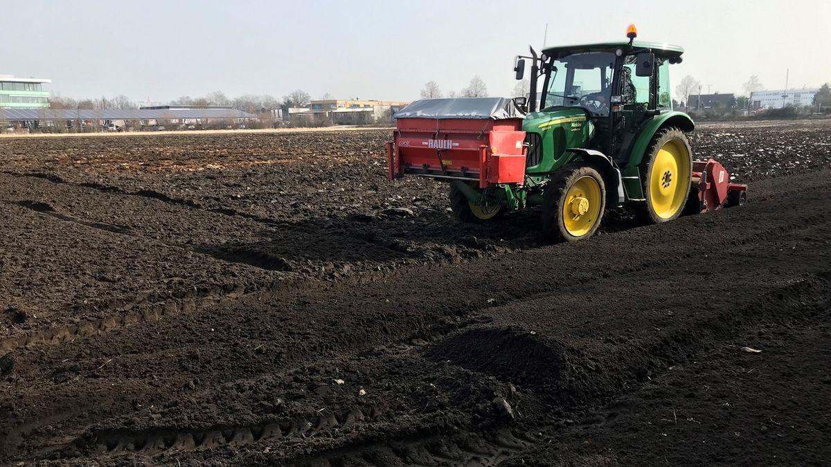 Ein Traktor auf einem Feld bei Bamberg.