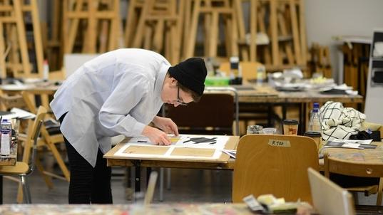 An den Kunstakademien wird den Studierenden große Freiheit gewährt. Aber ist das die richtige Vorbereitung auf ein Berufsleben? Müssten Steuerrecht und Marketing nicht verpflichtende Inhalte sein?