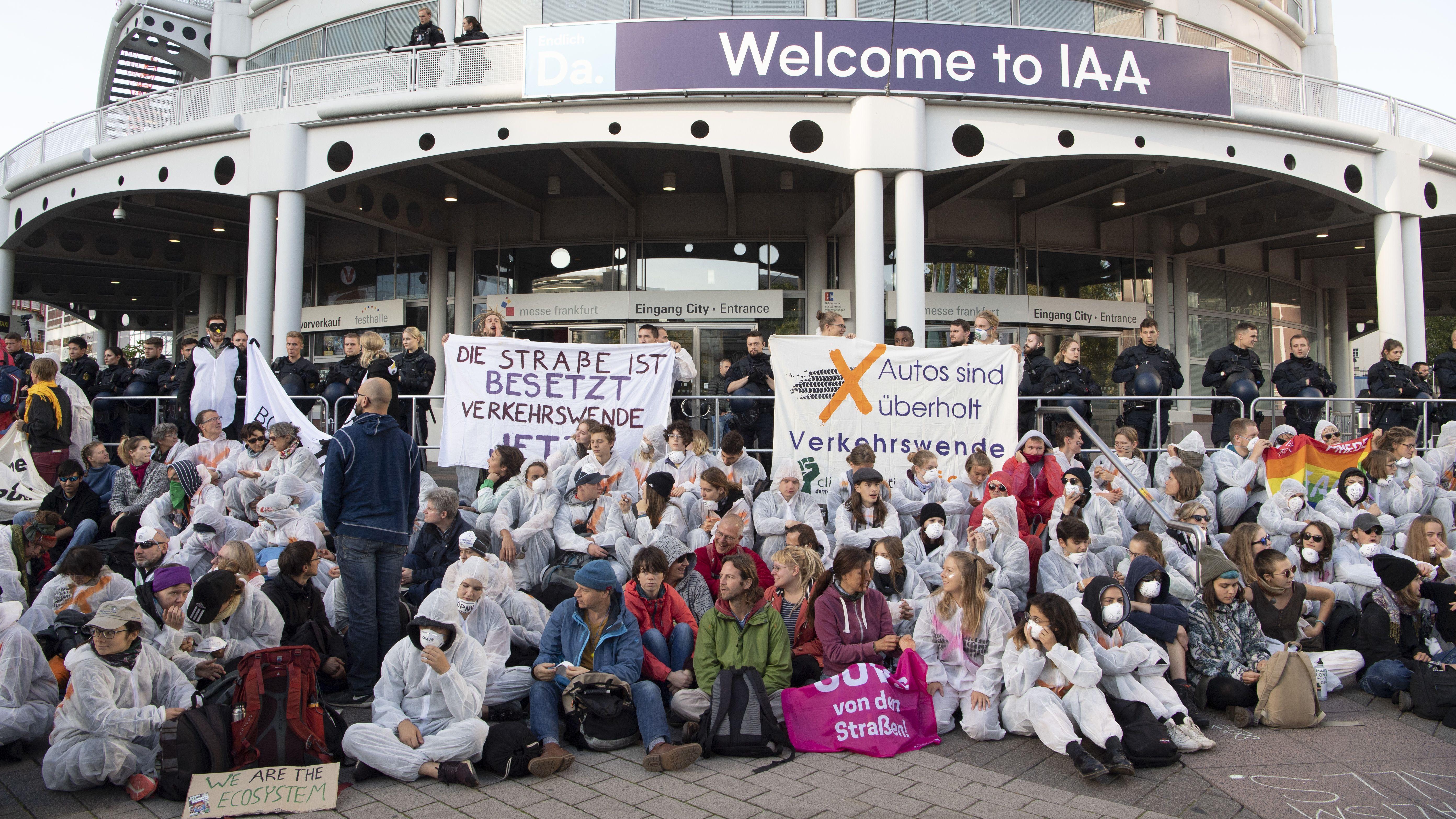 """Aktivisten von """"Sand im Getriebe"""" blockieren den Hauptreingang der IAA."""