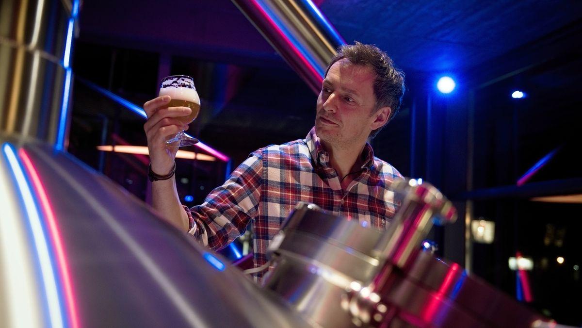 """Der Inhaber der Familienbrauerei Gebr. Maisel, Jeff Maisel, trinkt in der Brauwerkstatt """"Maisel & Friends"""" in Bayreuth eines seiner Biere."""