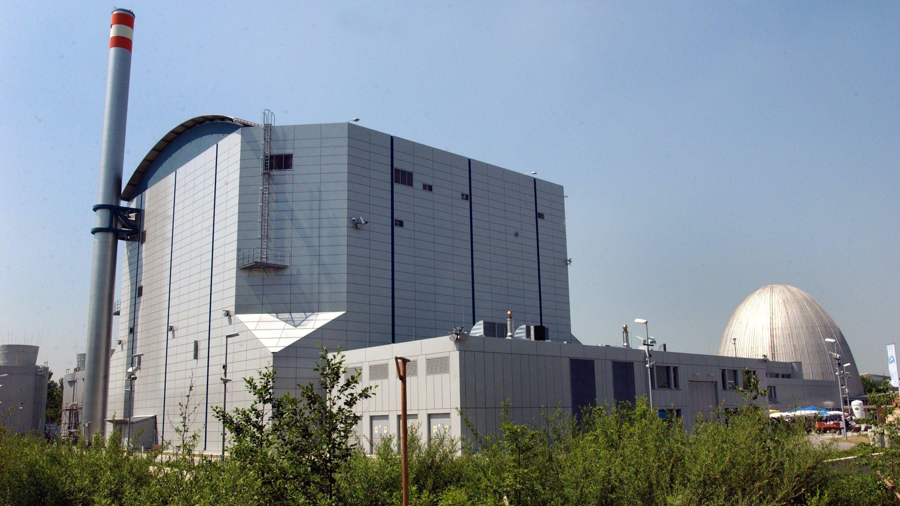 Der Forschungsreaktor FRM II in Garching, im Hintergrund der Vorgänger FRM I.