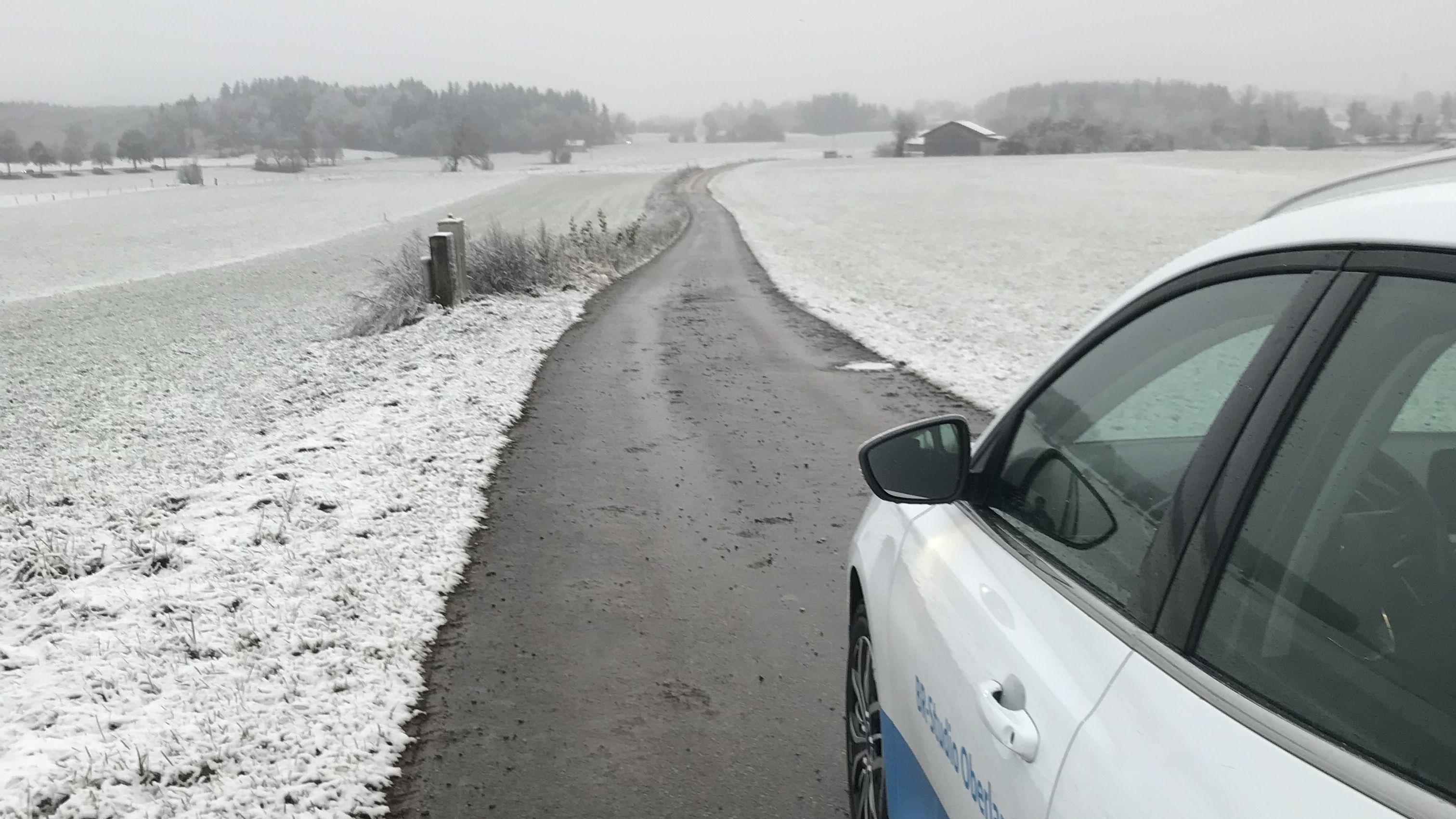 Dünne Schneedecke auf Wiesen und Feldern rund um Murnau
