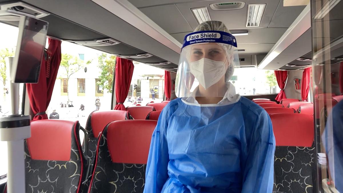 Carina Woiton als Schnelltesterin in einem umfunktionierten Reisebus.