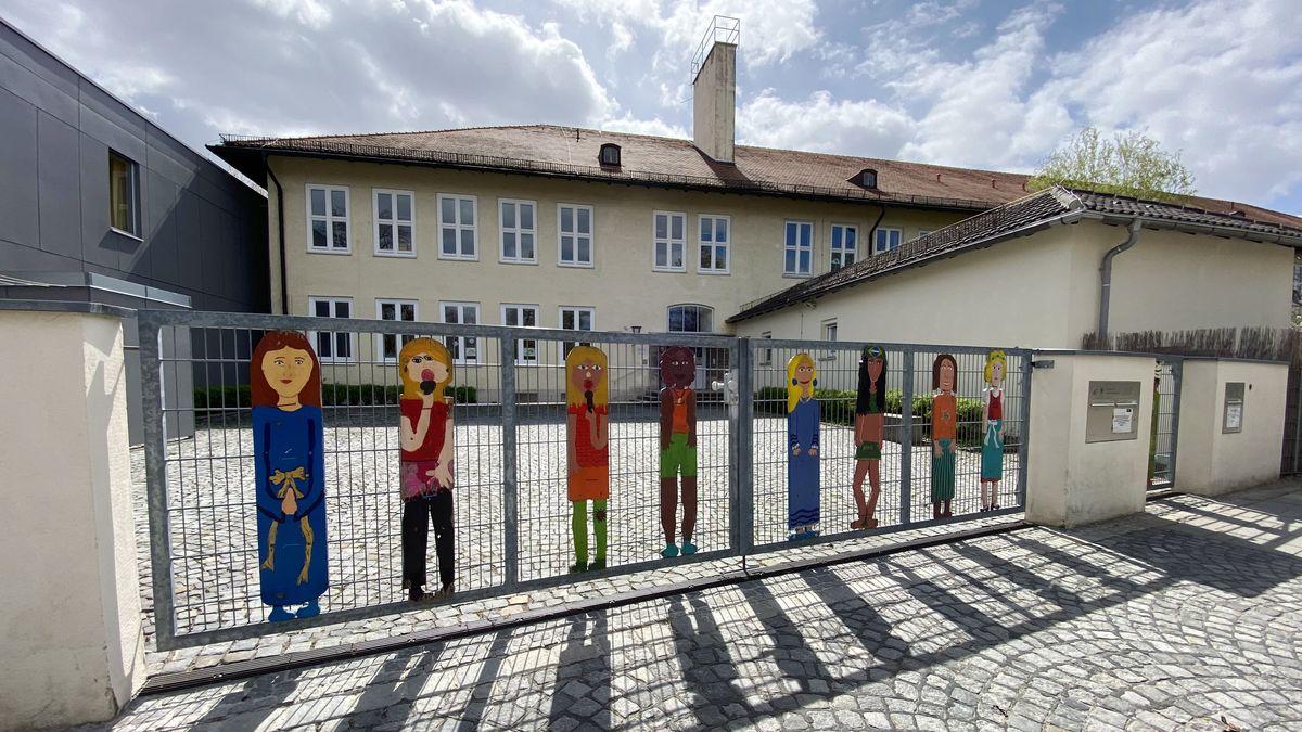 Schulen und Kitas sind geschlossen. Ansicht der Grundschule am Hollerbusch in München-Harlaching.