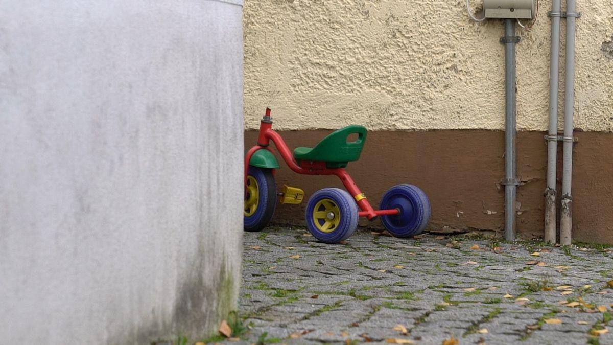 Verlassenes Dreirad an einer Hausecke/Symbolbild
