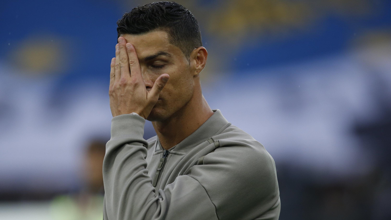 Cristiano Ronaldo von Juventus hält sich vor Spielbeginn die Hand vors Gesicht.