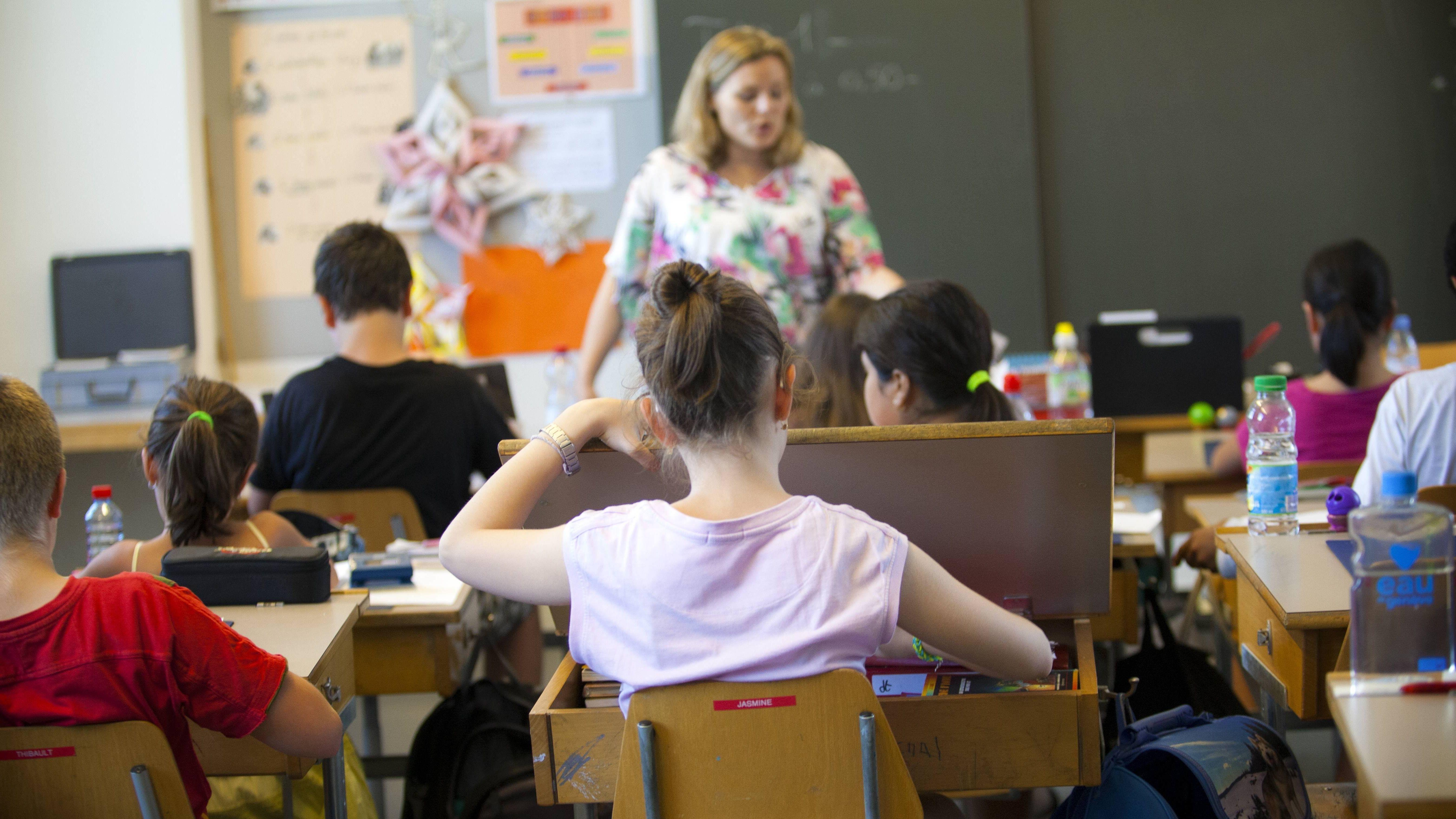 Der Opa eines Schülers hatte im Mai in Weiden eine Mittelschullehrerin geohrfeigt. Jetzt hat das Amtsgericht Strafbefehl erlassen. (Symbolbild)