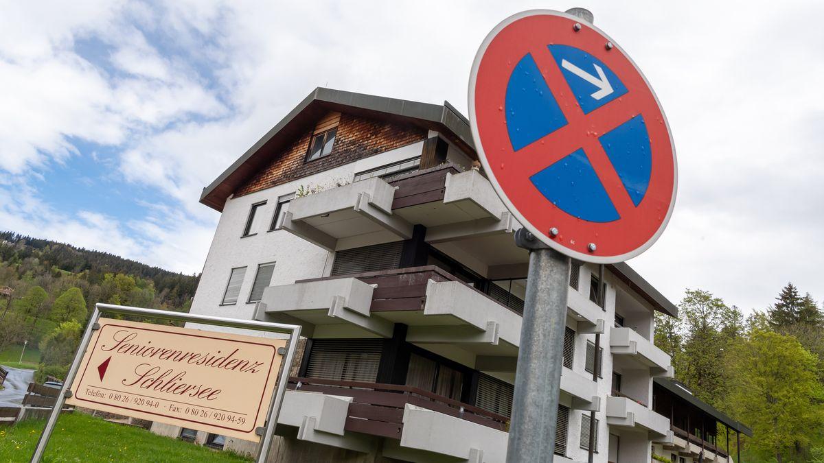 """Ein Schild mit der Aufschrift """"Seniorenresidenz Schliersee"""" steht vor der Einrichtung in Oberbayern."""