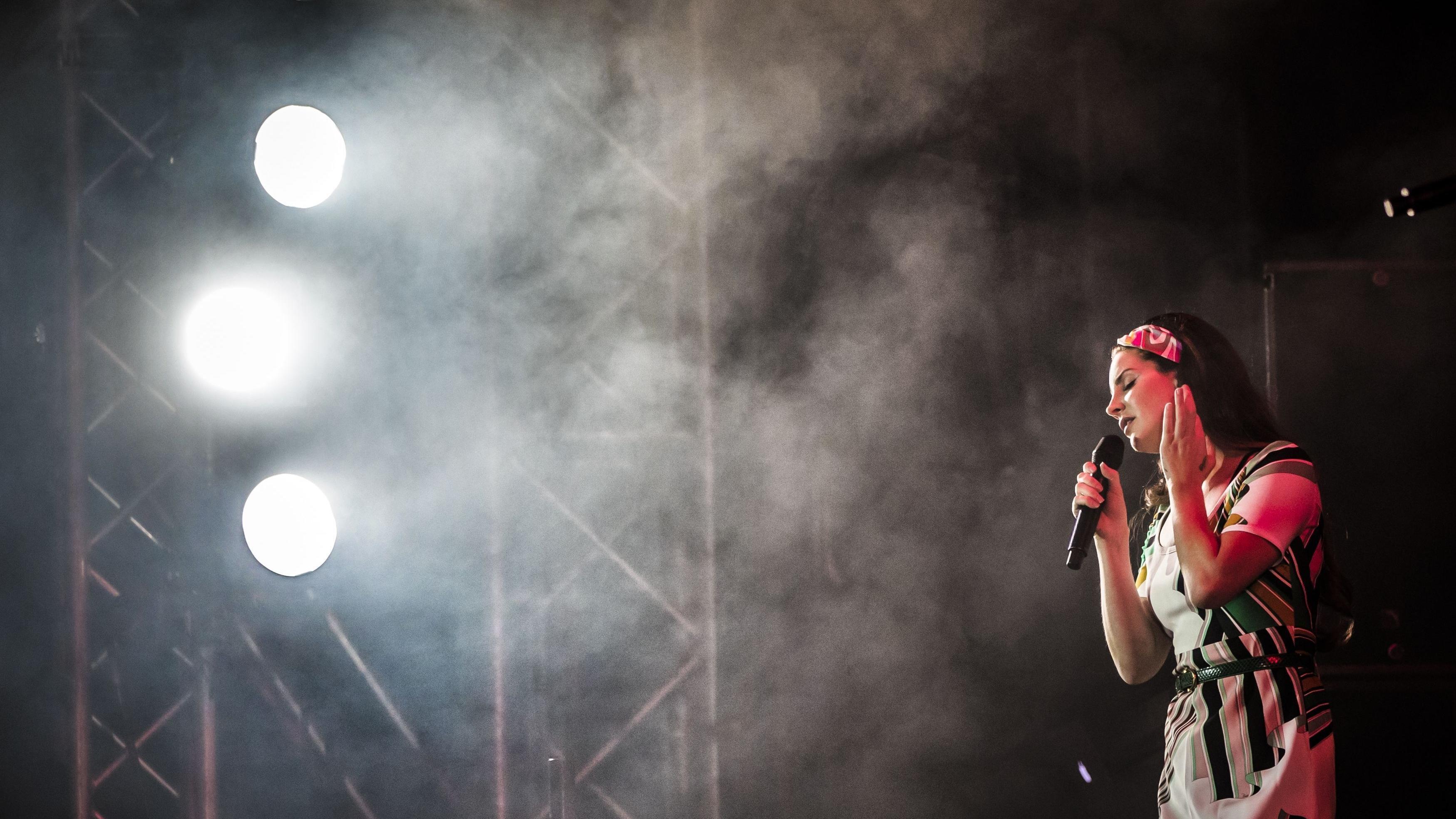 Lana Del Rey im Licht von drei Scheinwerfern bei einem Auftritt in Burton Constable Hall in Yorkshire