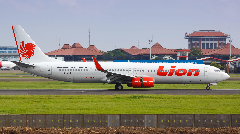 Eine Boeing 737-900 Flugzeug der Lion Air landet auf einem Flughafen Jakarta in Indonesien