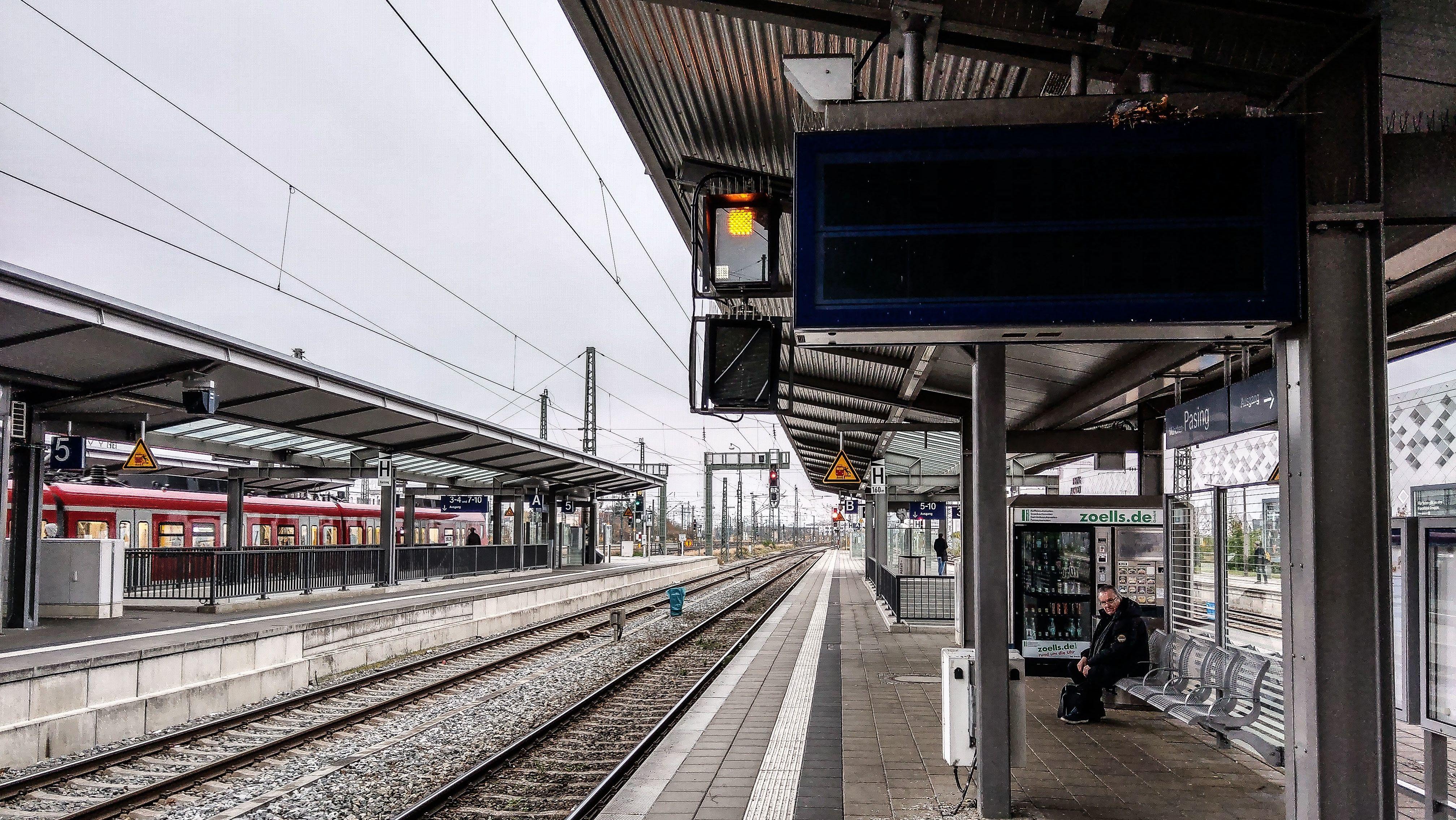 S-Bahnhof Pasing in München: Aufgrund eines Trafobrands war zeitweise das Münchner S-Bahn-Netz inklusive Hauptbahnhof ohne Strom.